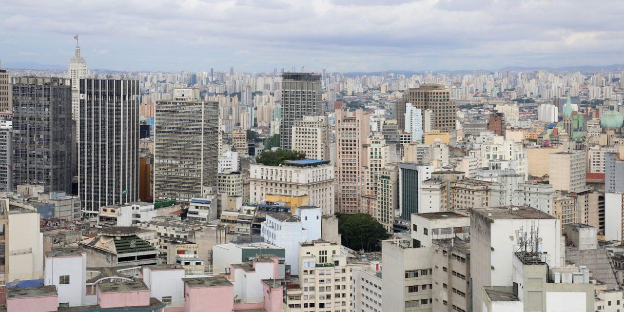 Wie viele Menschen leben im größten Wohnhaus der Welt?
